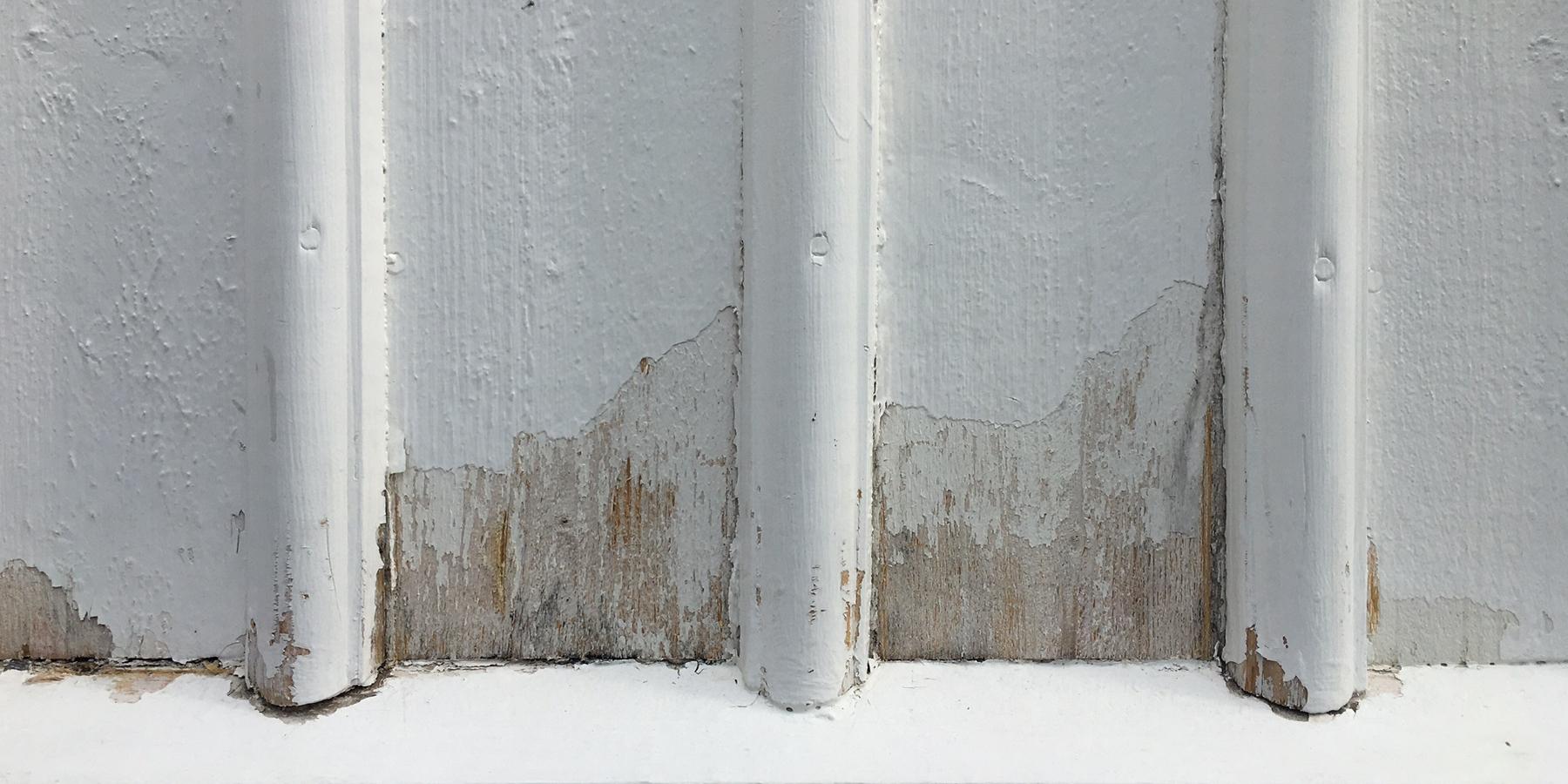 Tidigare målad sliten panel med flagnade/renskrapade ytor